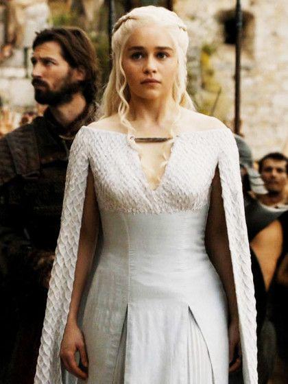 """Game of Thrones. """"Sturmtochter"""" Daenerys Targaryen (gespielt von Emilia Clarke)fällt uns zu allererst durch ihr ellenlangen weißblonden Haare auf, die sie immer kunstvoll arrangiert."""