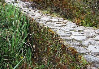Red caminera del Tahuantinsuyu - Calzada incaica. Gran parte del camino del Inca y algunas redes viales transversales estuvieron cubiertas por bloques de piedra o lajas.