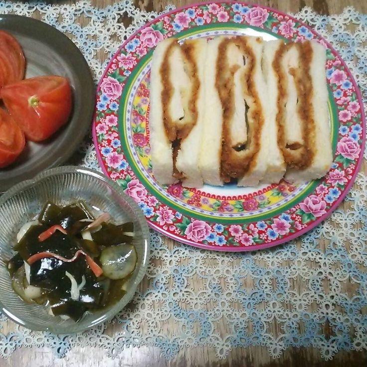 今日の夕食はチキンカツサンドですワカメの酢の物トマトと一緒にいただきます I have chicken-cutlet sandwich seaweed salad and tomato for dinner tonight. #夕食  #カツサンド  #dinner  #sandwich  #tatting #dish by gesshodo
