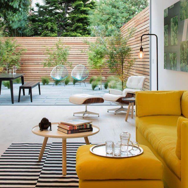 Fechando o domingo com essa sala aberta para esse pátio delicioso... detalhe do sofá amarelo  projeto de Mark Davis Design.  #decor #interiordesign #interiores #decoracao #decoration #yellow