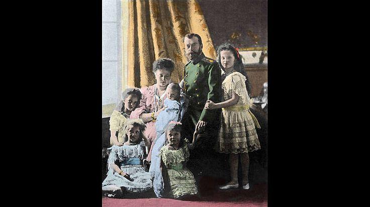 Der Fluch der Romanows-Die Zarenfamilie der Romanows, die Russland von 1613 bis zur Februarrevolution 1917 regierte, erlitt in den drei Jahrzehnten ihrer Herrschaft ungewöhnlich viel Pech und Tragödien. Manche Menschen sprechen von über 280 frühen Todesfällen, Unfällen und Krankheiten - so war Alexej Nikolaevich, einziger Sohn von Nikolai II., von Geburt an Bluter und stand daher mehrfach kurz vor dem Tod. Das schlimmste Ereignis jedoch war das Massaker durch die Bolschewiken, dem Zar…