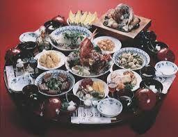 26 - En la comida cada comensal toma parte de los platos comunales pinzando con los palillos pedazo a pedazo; éste es un contraste evidente con los usos culinarios de Occidente en el que se sirve individualmente en los platos al comienzo de las comidas.