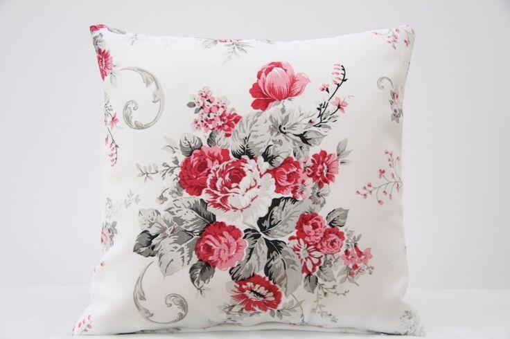 Dekoracyjna piękna poszewka w kolorze ecru w róże