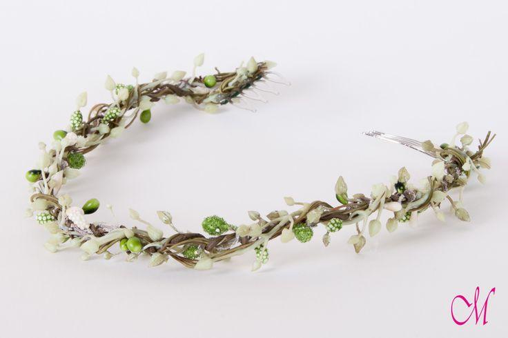 Corona vegetal con pistilos en diferentes tonos. Especial para una novia muy natural. www.monetatelier.com
