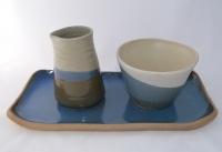 Larga bandeja de cerámica gres con jarrita y cuenco en esmaltes azules y blanco. Sus formas tradicionales la hacen ideal para salsas y aliños, complementándose bien con todo tipo de vajilla. Pieza única. Medidas: 30 cms de largo y 14 cms ancho bandeja - 11 cms diámetro y 8 cms altura cuenco - 11 cms alto jarrita