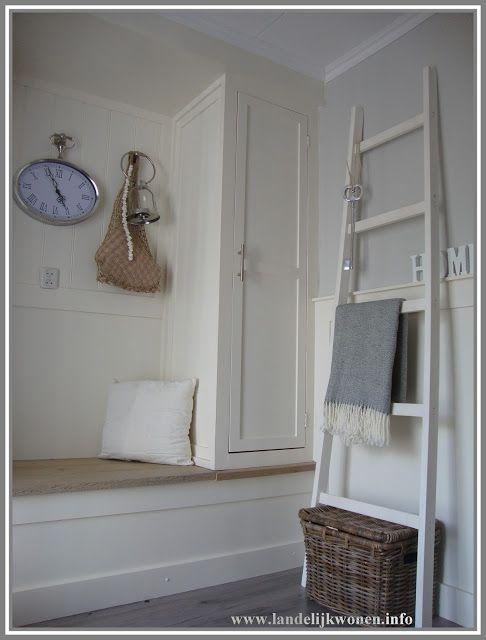 Landelijk Wonen hal met decoratieve ladder