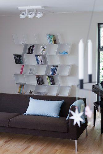MORFO: smuk minimalistisk bogreol BACKBONE med unikke detaljer · dansk design reol til bøger