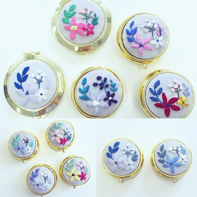 NHK青山の刺繍教室の参加者さんの作品。 いろんな色が並ぶと、本当にかわいい! . . #lifestyle #携帯ミラー #ピルケース #チクチク…
