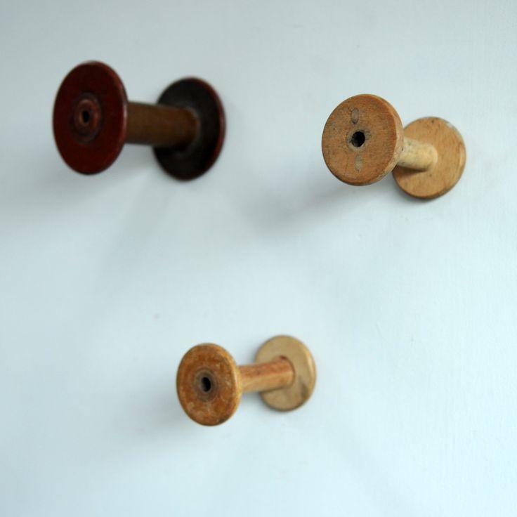 Patère bobine vintageAncienne bobine de filature en bois révisée et transformée en patère. Elle apportera une touche vintage à votre intérieur.J'♡ l'idée que cet objet soit exposé comme un trophée, j'♡ l'accumulation des bobines sur un mur, j'♡ qu'elles soient utilisées en patère, mais aussi en accroche baladeuse, en porte sacs.....