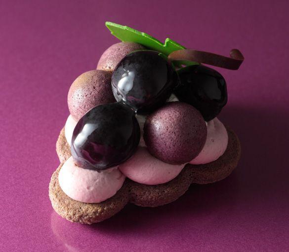 Japanese patisserie - grape dessert that looks like grapes too!