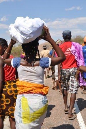 """Næste stop på vores tur var Madagascars tredje største by Antsirabe. Her havde vi bedt om at få lov til at deltage i den lokale skik famadihana.  Byen Antsirabe er kendt for sine mange pousse pousses, en """"cykeltaxa"""" uden cykel! I stedet er det en mand, ofte med bare tæer, der løber foran vognen. Vi synes, at det er …"""