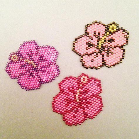 Collection d'hibiscus ! Malheureusement je ne connais pas la créatrice... #jenfiledesperlesetjaimeca #miyuki #jenfiledesperlesetjassume #brickstitch #hibiscus#