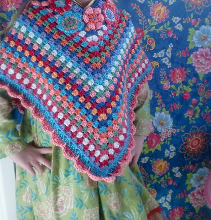 Haken en meer: Gehaakte poncho met bloemen.