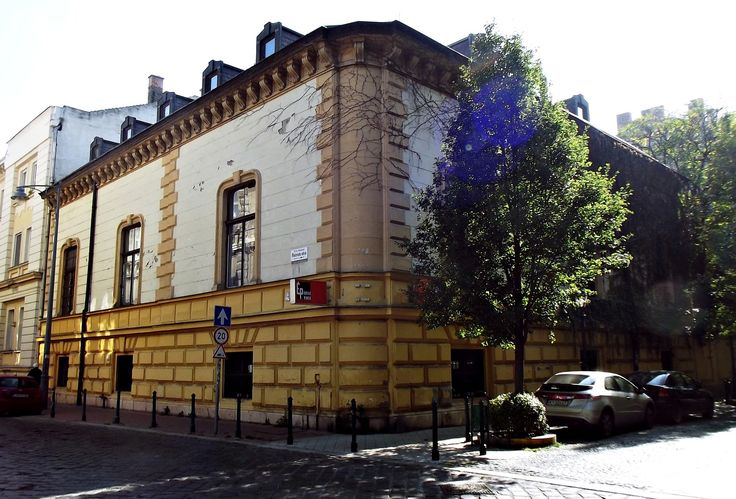 the corner of the Almássy-palace - showing itself bigger than it is
