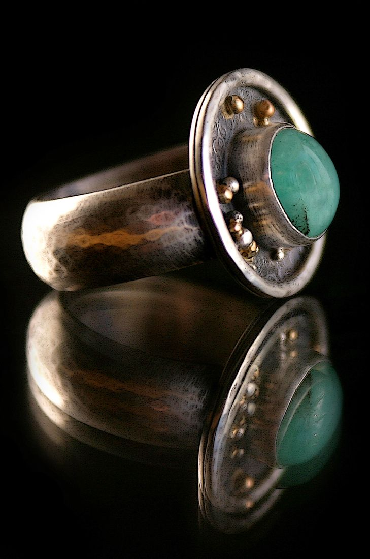 Colombia natural emerald ring in sterling silver and 22k gold details. Hand-made by metalsmith Lisa Marie Morrison, Tucson, AZ and Los Molles, Chile. Photography by Pablo Rivera for La Ruta Sin Fin.