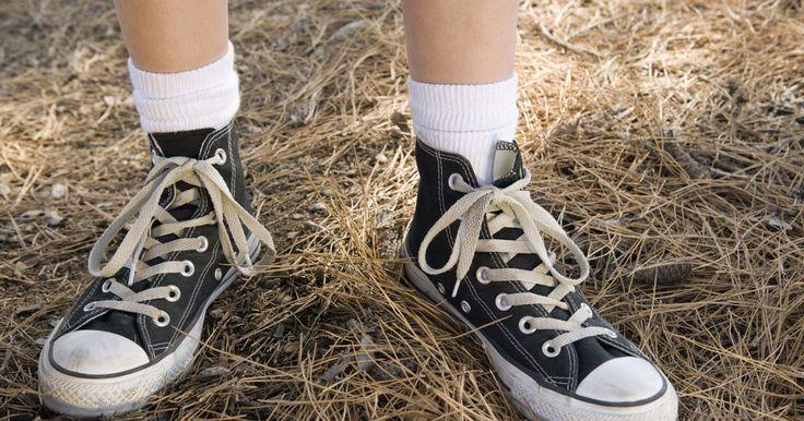 Cómo reconocer zapatos Puma de imitación. Las zapatillas falsificadas han existido desde que las zapatillas de marca se convirtieron en objetos de deseo. La calidad de las mismas y la semejanza con las originales dependerán del cuidado que se puso al fabricarlas pero nunca serán tan buenas como las de marca. Las principales señales son el material barato y de mala calidad y los errores en ...