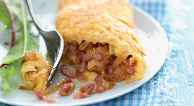 Avec des lardons, des œufs et des oignons, concoctez une succulente omelette roulée aux lardons et aux oignons. Divin !