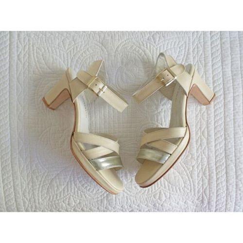 ¡Divinas las sandalias que se diseñó María! En color nude+peltre  Zapatos de novia Zapatos de mujer ▶Diseñate las tuyas en el color/cuero que quieras.  📧info@valentinacolugnatti.com.ar . . . . . #ZapatosDeNovia #BridalShoes #bridal #bride #novia #wedding #boda #casamiento #love #amor #Zapatosdenovia #sandalias #sandals #shoes #zapatospersonalizados #zapatosamedida