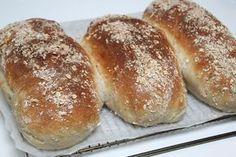 Havrebröd | Bakverk och Fikastunder 50 g havregryn (ca 1,5 dl)  2 dl kokhett vatten  1 burk (150g) vetesurdeg  25 g jäst  4dl kallt vatten  12,5 dlvetemjöl special  1 msksalt  1 msk honung  1 mskoliv- eller rapsolja