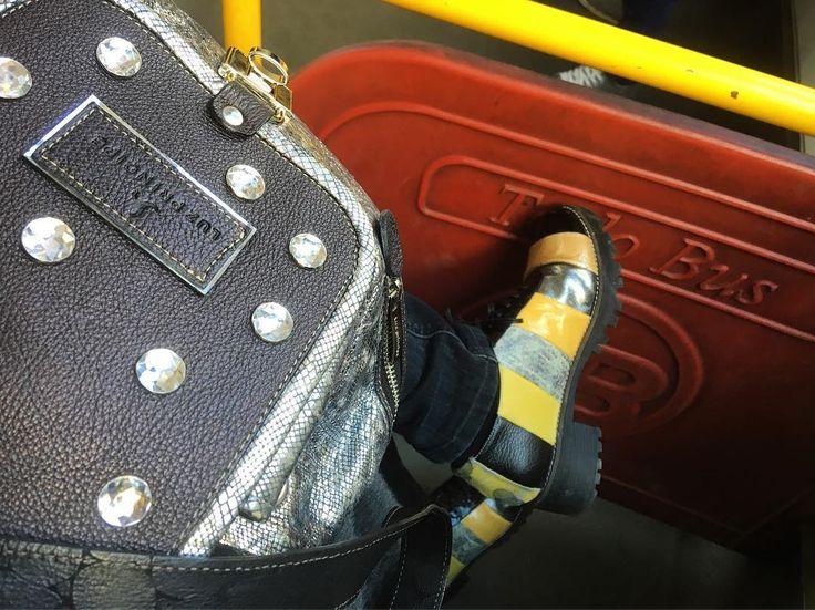 Sábado a la noche vos en que viajas ? Modelo Fuerte amarillo y negro. Mochila Femenina peltre  #luzprincipe #lpatemporales #lpfans #lodd #loveshoes #luzprincipezapatos