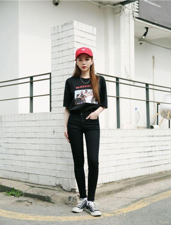 Boné vermelho, t-shirt de banda preta, calça jeans skinny preta, tênis All Star preto, all black, tudo preto