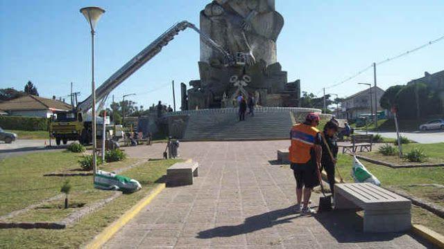 AVANZAN LAS TAREAS DE REACONDICIONAMIENTO DEL MONUMENTO A LA GESTA DE MALVINAS   Implican hidrolavado limpieza pintado de cordones y colocación de flores de cara al 2 de abril Continúan las tareas de reacondicionamiento en el Monumento a la Gesta de Malvinas en Quequén y zona aledaña de cara a los actos por el 34º aniversario del Día del Veterano y de los Caídos en la Guerra que comenzarán con la vigilia del viernes 1º desde la hora 22. A propósito se trabaja intensamente y de manera…