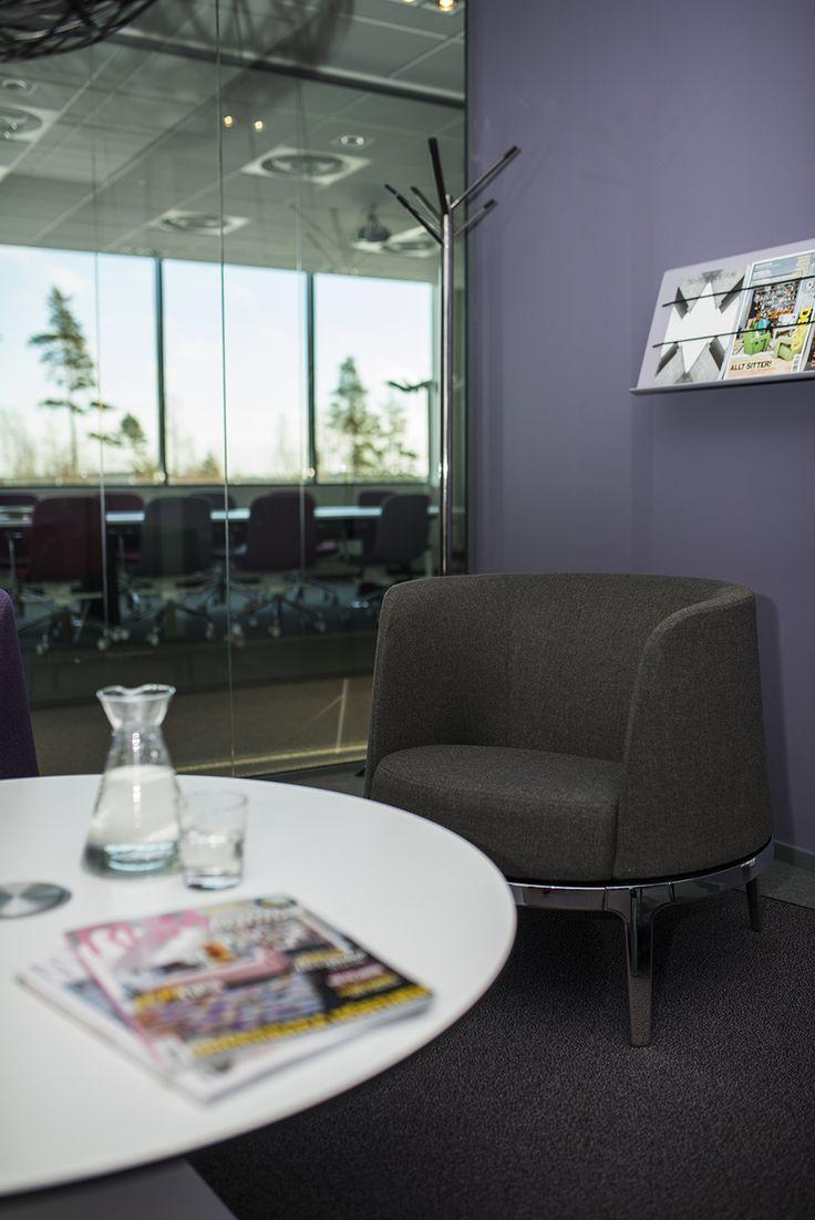 Omni easy chair, design: Carl Öjerstam | Array coat stand, design: Carl Öjerstam | Cord magazine holder, design: Sandin & Bülow