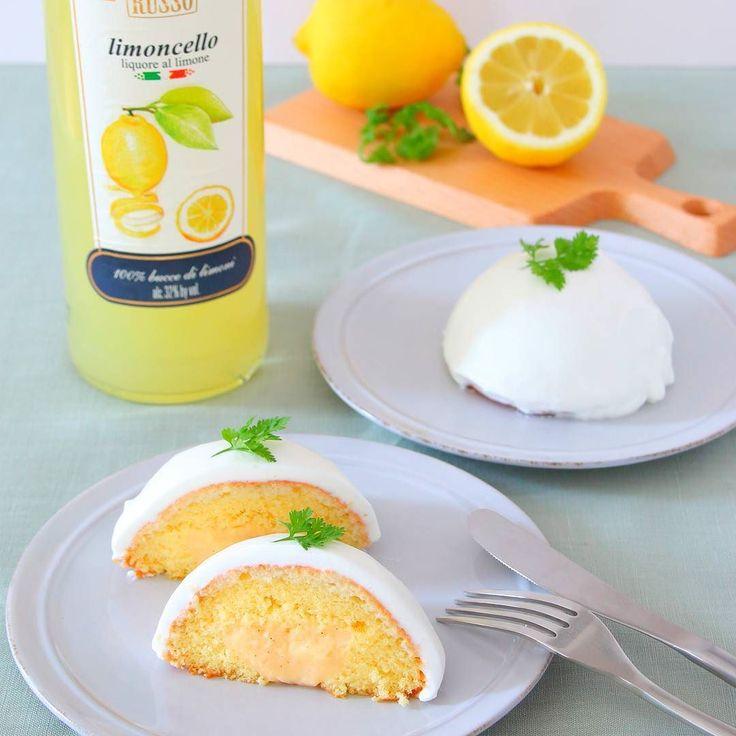 レモンのお菓子を作りました 暑くなってくるとさっぱりしたお菓子が食べたくなりますよね . このケーキは ふんわりスポンジ生地の中にカスタードを詰めて周りはレモン風味の生クリームでコーティング . リモンチェッロというリキュールを使って簡単に爽やかなレモン風味をプラスしてます . 冷蔵庫で冷やして食べると美味しい