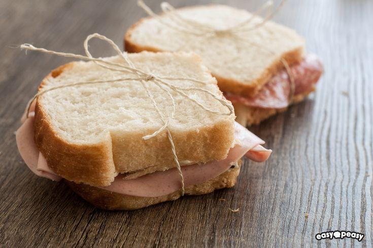Il mio pane bianco, fatto in casa, con soli quattro ingredienti! Morbidissimo anche il giorno dopo, perfetto per dei tramezzini o con un velo di marmellata.