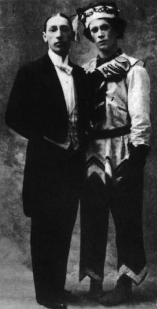 Stravinski en compagnie de Nijinski (en Petrouchka) en 1912.