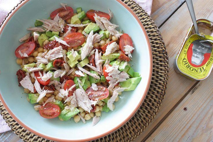 Salade met tonijn, kikkererwten en avocado