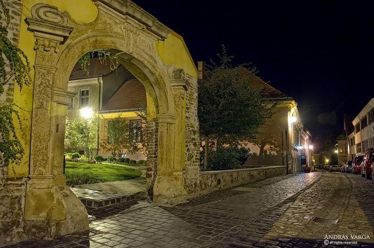 A Posgay-ház kőkeretes kapuja esti fényben