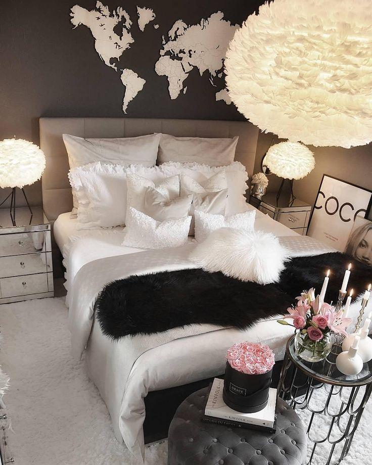 Sanfte Träume sind in diesem Schlafzimmer im eleganten Look in Weiß und Schwarz vorprogrammiert. Die Pendelleuchte Eos im Federkleid ist die perfekte Wahl für diesen zauberhaften Raum. Einfach perfekt! // Schlafzimmer Bettwäsche Kissen Decke Fell Deko Vase Glam Weiss Grau Leuchte Schwarz Schlafzimmerideen Einrichtung Blumen Pouf Bett#SchlafzimmerIdeen#Schlafzimmer#Interior#Bett#Dekoration#Glam #Bettwäsche#Einrichten#Ideen@zeynepshome