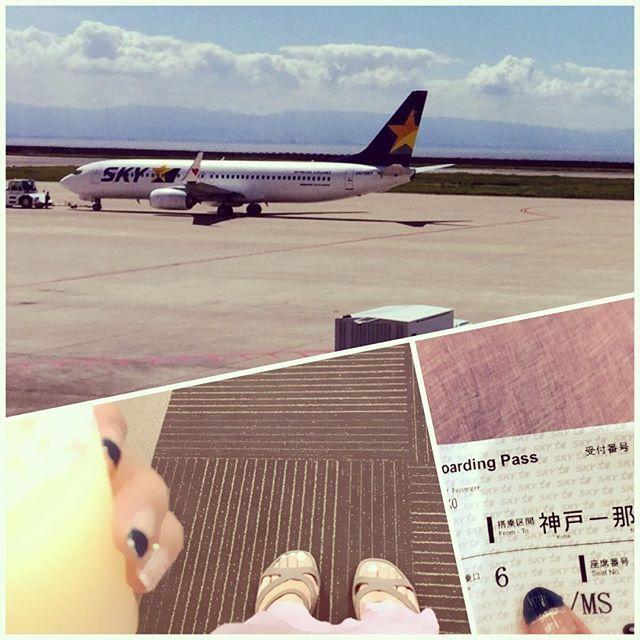 人生初、神戸空港,なう(*☻-☻*) カードラウンジで体力温存中。 はたして那覇空港で無事夫と会えるのか? #神戸空港 #skymark  #イマソラ #ラウンジ #グレープフルーツジュース  #セルフネイル #休日ネイル #ネット通販 で 買った #マキシスカート #ああ夏休み