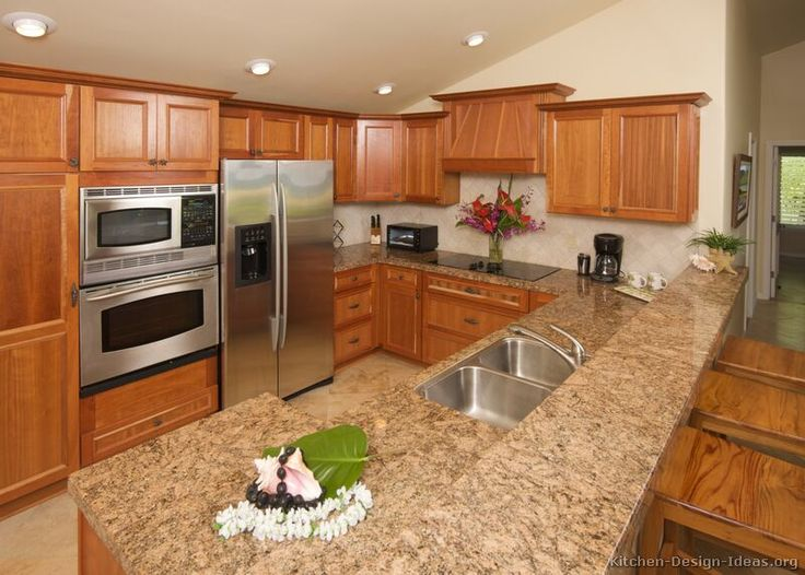 Traditional Medium Wood-Golden Kitchen Cabinets #53 (Kitchen-Design-Ideas.org)