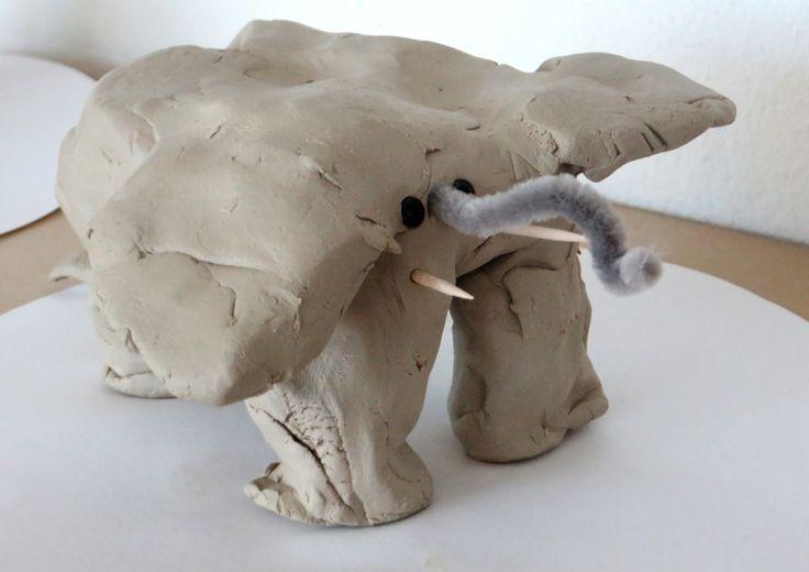 Olifant knutselen met klei, prikkertjes, kraaljes en chenilledraad, thema dierentuin, kleuteridee.nl, Preschool elephant craft.