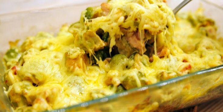 Spruitjes uit de oven met kaas - 750g spruitjes, 1 gesnipperde ui, 125g spekjes, 100g champignons, 1 teen fijngesn knoflook, 100g crème fraiche, 75g geraspte kaas, paprikapoeder, nmsk, peper. Halveer & kook spruitjes beetgaar. Oven op 175 gr. Wok ui, knoflook & spekjes drie min. Wok champignons even mee, giet spruitjes af en bak ook even mee, strooi er paprikapoeder, beetje nmsk+peper. Vet ovenschaal in, leg spruitenmengsel erin. Roer crème fraiche erdoor. Strooi kaas erover; 15 min in de…