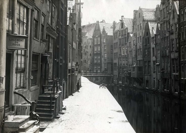 Amsterdam in the winter. Kuipersgrachtje on the rear side of the Zeedijk. On the left the inn 'de Roos'.