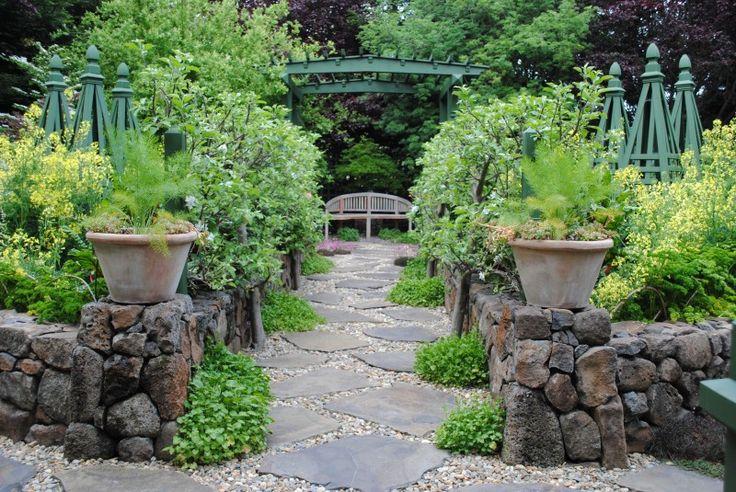 Genom att arrangera föremål och växter på ett strategiskt sätt leds blicken rätt in mot bänken i bildens och trädgårdens bakgrund.