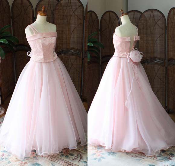"""バイオリンのコンクールや演奏会用にドレスを制作。 優しいサーモンピンクカラーのドレス。フレアAラインスカートで、ウェディングを連想するようなトレーン付きドレス。コンクールや発表会、演奏会用にドレスをデザイン。   東京都のお客様からのご依頼。 オーダーメイドドレスのご注文を頂いたバイオリン用のコンクールドレス。 145cmサイズ、ジュニアドレス。   140cm以上のお子様には、""""エレガントな装いのフレアAラインドレス""""がオススメ! 今回特別に制作を行った、""""女性のようなシルエットで制作を行った""""ビスチェスタイル! ワンショルダーデザインを採用!   バイオリンを演奏する、小学生から中学生、高校生に人気のエレガントデザイン! 優しい色合いの""""サーモンピンク""""カラーも演奏するお子様からご支持を頂いている人気の配色!   お好きなデザインやカラーで、ドレスを作れる""""メタモールフォーゼのご提案""""。カスタムメイドやあなた好みのオーダーメイドドレスが可能です。   あなた好みのお色で、カスタムメイドしてみてはいかがでしょうか?…"""