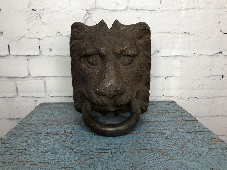 Tête de lion fonte // Cast iron Lion's head C$475.00   English description will follow Tête de lion en fonte très vieux. Possiblement un anneau d'écurie (attache chevaux) souvent confondu comme cogne porte. 2 vis et boulons dont un semble difficile à dévisser. Il est très vieux et franchement magnifique. Belle dimension. 19ième siècle. H. 8'' x L. 7'', anneau de 4½'' de diamètre // Cast Iron lion head, possibly a stable ring (to attach horses) often confused as a door knocker.