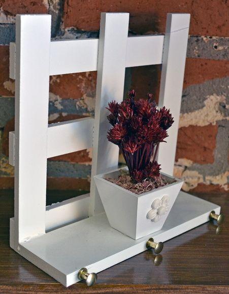 Porta-chaves de madeira com vaso de flores secas. R$ 30,00