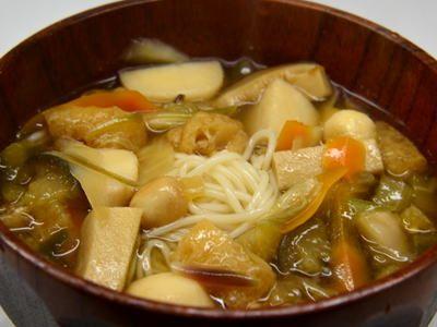おくずかけ(お葛かけ)  おくずかけ(お葛かけ)は旬の野菜を細かく切りって茹で、トロミを付けます。宮城県白石市の名産品の「白石温麺(うーめん)」を茹で、トロミを付けた野菜汁をかけて頂きます。