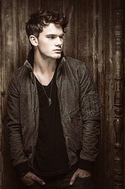 Lorie's choice to play Jamie when Doon is made into a movie...Jeremy Irvine. :D