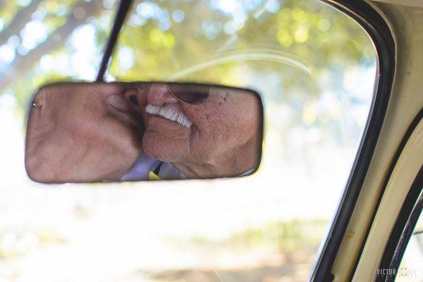 O casal Manoel e Francisca, de Brasília, DF, Brasil, comemora 60 anos de união. Fotografia: Victor Moura Fotografias / Reprodução / Facebook. http://www.redetv.uol.com.br/jornalismo/da-para-acreditar/casados-ha-60-anos-idosos-do-df-fazem-ensaio-romantico-e-viralizam-na-web