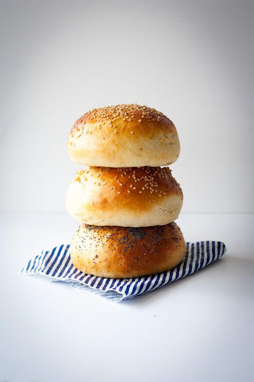 Bon vous l'avez compris, le burger je kiffe ! Si en plus, je peux avoir des petits pains maison plutôt que les trucs tout mous et tout sec qu'on trouve dans le commerce, c'est parfait. Je vous gara...