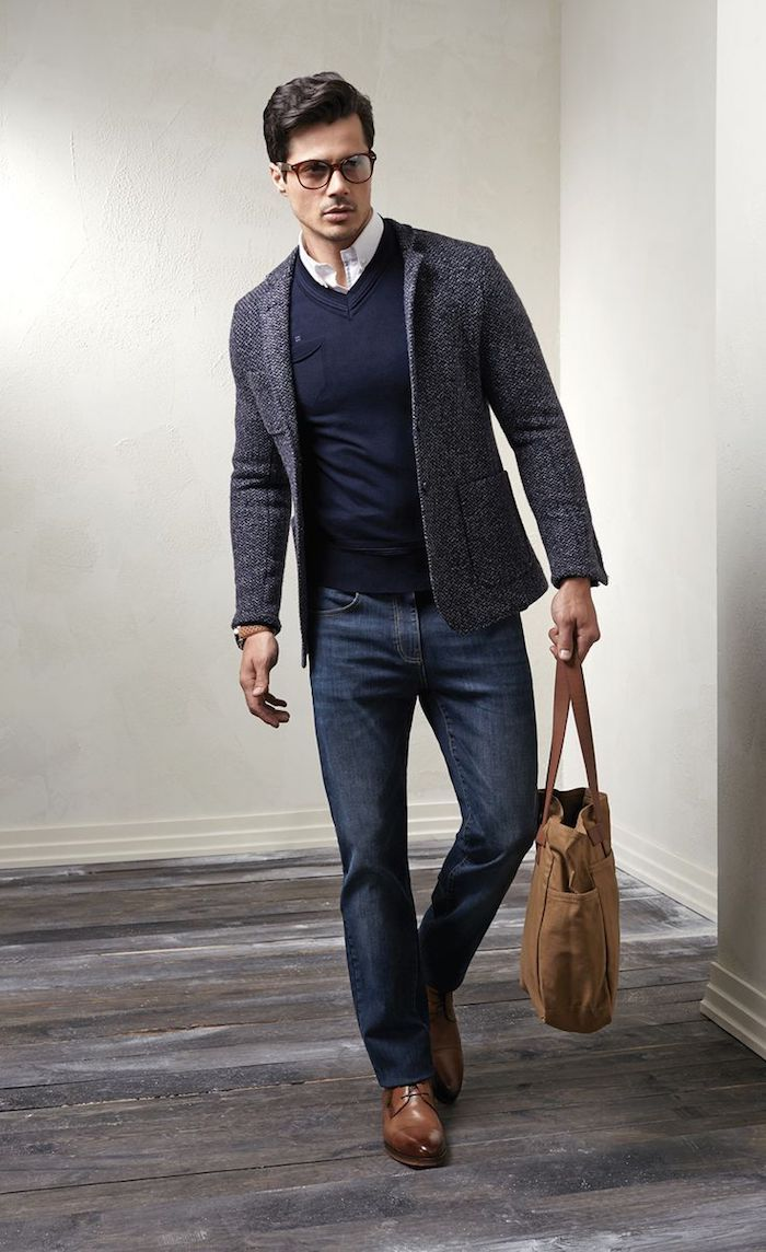 6d310c0b497433 dunkelblaue hose kombinieren jeans motiv mit braunen schuhen und tasche  sakko in grau und blauer pulli