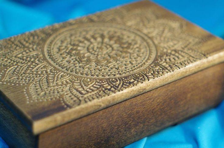 Szkatułka z lipowego drewna z wygrawerowanym indyjskim ornamentem. Wykończenie naturalnymi olejami, postarzona. #PracowniaKonkretu