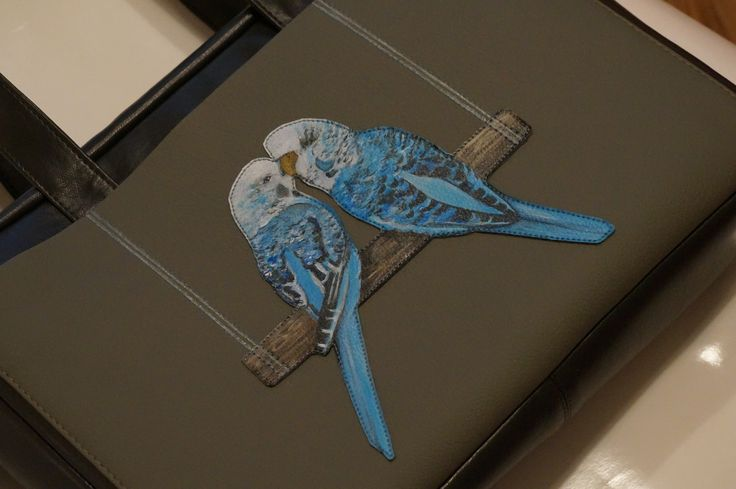 Роспись по экокоже и аппликация. Попугайчики срисованы с картины заказчика. fgene.ru