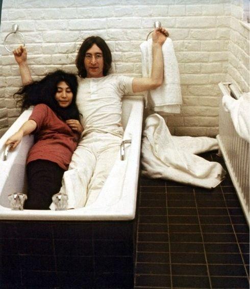 Personaggi famosi in vasca da bagno - John Lennon e Yoko Ono